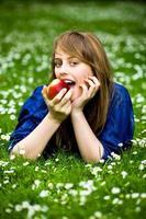 mulher comendo maçã vermelha foto