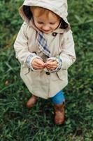 menina adorável em roupas de outono