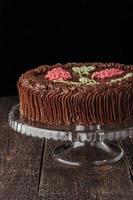 bolo de kiev com creme de chocolate sobre o suporte de vidro vertical foto