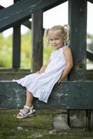 retrato de uma menina no parque foto