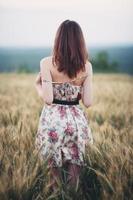 mulher jovem e bonita em um campo de trigo foto