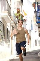 ajuste jovem executando exercício na cidade foto