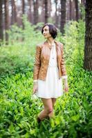 mulher na floresta de primavera foto