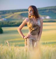 menina em um campo de trigo