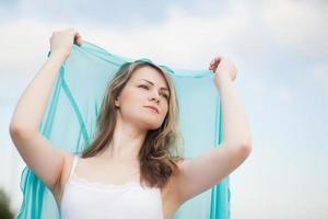 linda mulher loira ao ar livre foto