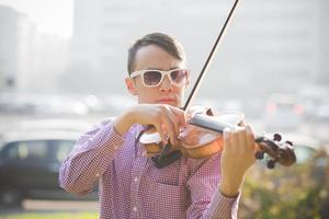 violinista asiático louco jovem músico engraçado foto