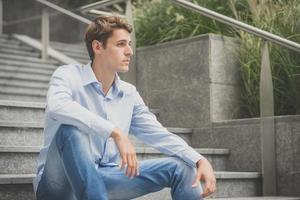 jovem modelo hansome homem loiro foto