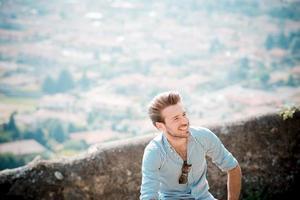 homem moderno jovem hipster bonito ao ar livre foto