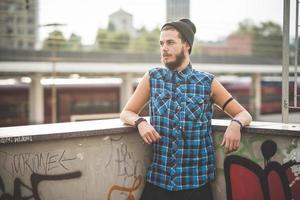 homem jovem bonito barbudo hipster