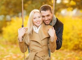 par romântico no parque outono foto
