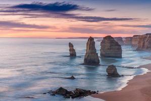 vista deslumbrante por do sol dos doze apóstolos, ótima estrada oceânica foto