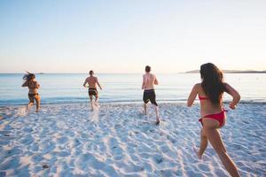grupo de jovens amigos multiétnicas praia verão foto