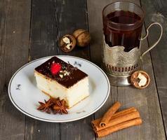 bolo com creme de chocolate e uma xícara de chá foto
