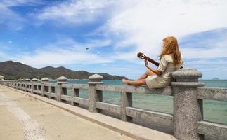 a garota com um violão. foto