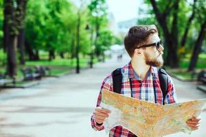turista com barba segurando um mapa foto