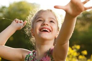 menina alegre encantadora foto