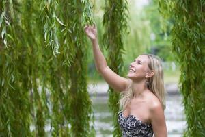 mulher por uma árvore foto