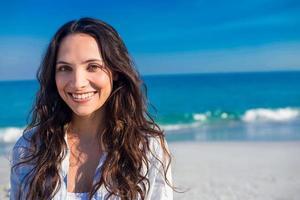 mulher feliz na praia