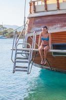 menina sentada a bordo do navio e ri foto