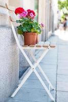 cadeira com flores foto