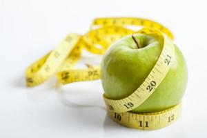 fita métrica com maçã verde foto