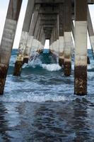 sob o cais da praia Wrightsville foto