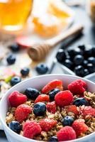 tigela com frutas frescas e cereais foto