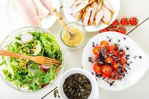 salada com carne grelhada, peixe defumado e vegetais diferentes. foto