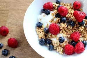 rasberries, bagas azuis, iogurte grego e granola foto