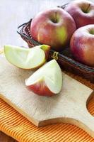 maçãs frescas em cima da mesa foto