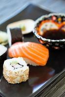prato de sushi com molho de soja foto