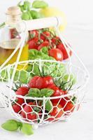 tomate cereja fresco em uma mesa branca foto