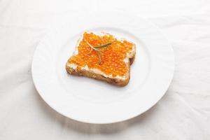 sandvich luxurt - caviar e alecrim no pão foto