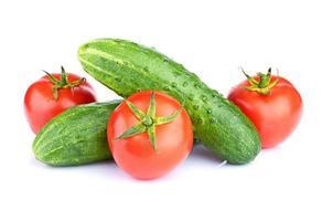 legumes maduros, isolados no fundo branco foto