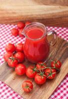 suco de tomate no jarro de vidro foto