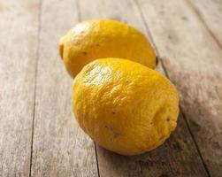 limão no fundo de madeira foto