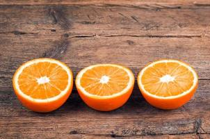 laranjas frescas sobre fundo de madeira foto