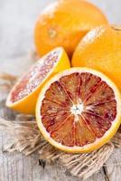 algumas laranjas cortadas ao meio foto
