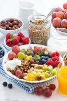 café da manhã saudável - frutas, frutas e cereais no prato foto