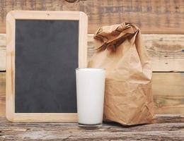 almoço escolar no quadro de giz em branco