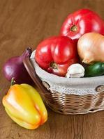 colheita de legumes frescos na cesta foto