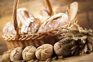 pão assado na cesta foto