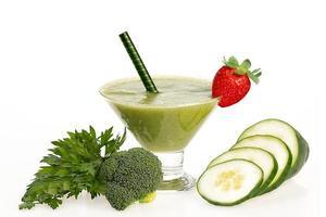 smoothie saudável de pepino e brócolis foto