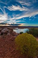 belo pôr do sol céu lago powell foto