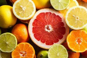 toranja rosa e outras frutas cítricas