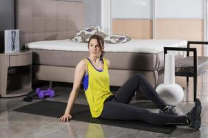 mulher exercitando em casa foto
