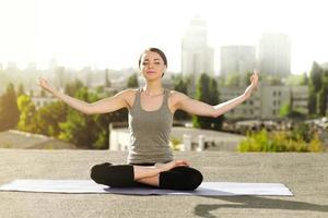 conceito de yoga no telhado foto