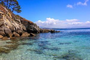 água do mar transparente e rochas na ilha de cies, galiza, espanha. foto