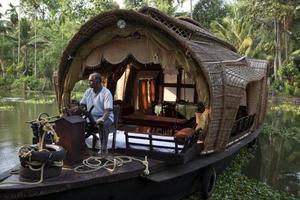 casa flutuante em remansos em kerala foto