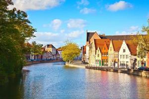casas antigas coloridas refletidas na água em brugge - bélgica foto